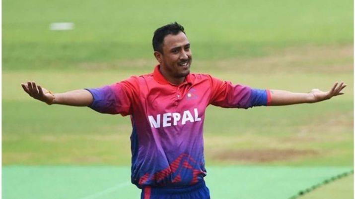 बंगलादेशविरुद्धको खेलमा नेपालका पारस खड्काले तीन विकेट